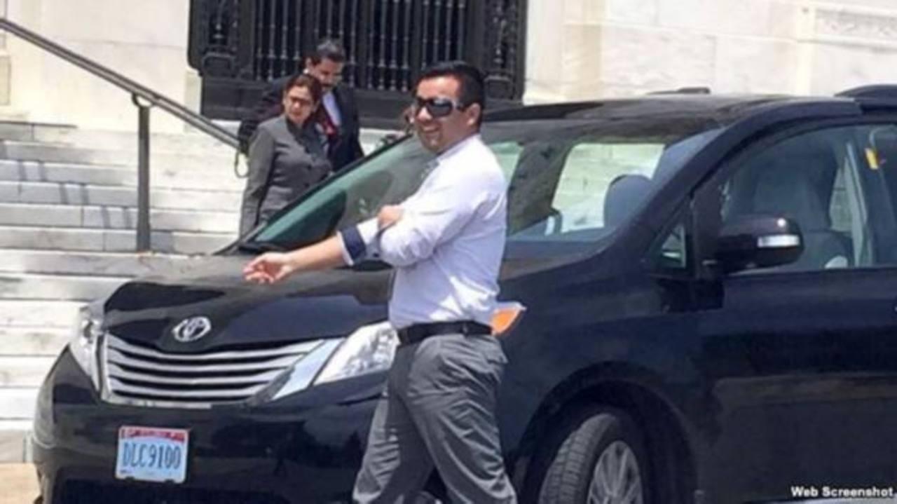 Al fondo, el exgobernante Manuel Zelaya se dispone a abordar un auto diplomático venezolano. Foto EDH/ www.martinoticias.com/