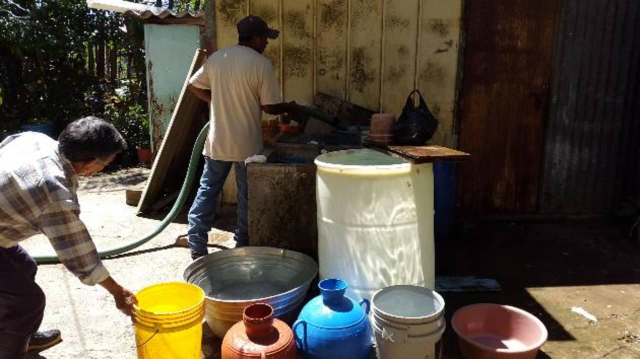 Los residentes de la colonia Monterrey, en Planes de Renderos, se ven obligados a comprar el agua por el desabastecimiento de la Anda. foto EDH /NIDIA HERNÁNDEZ