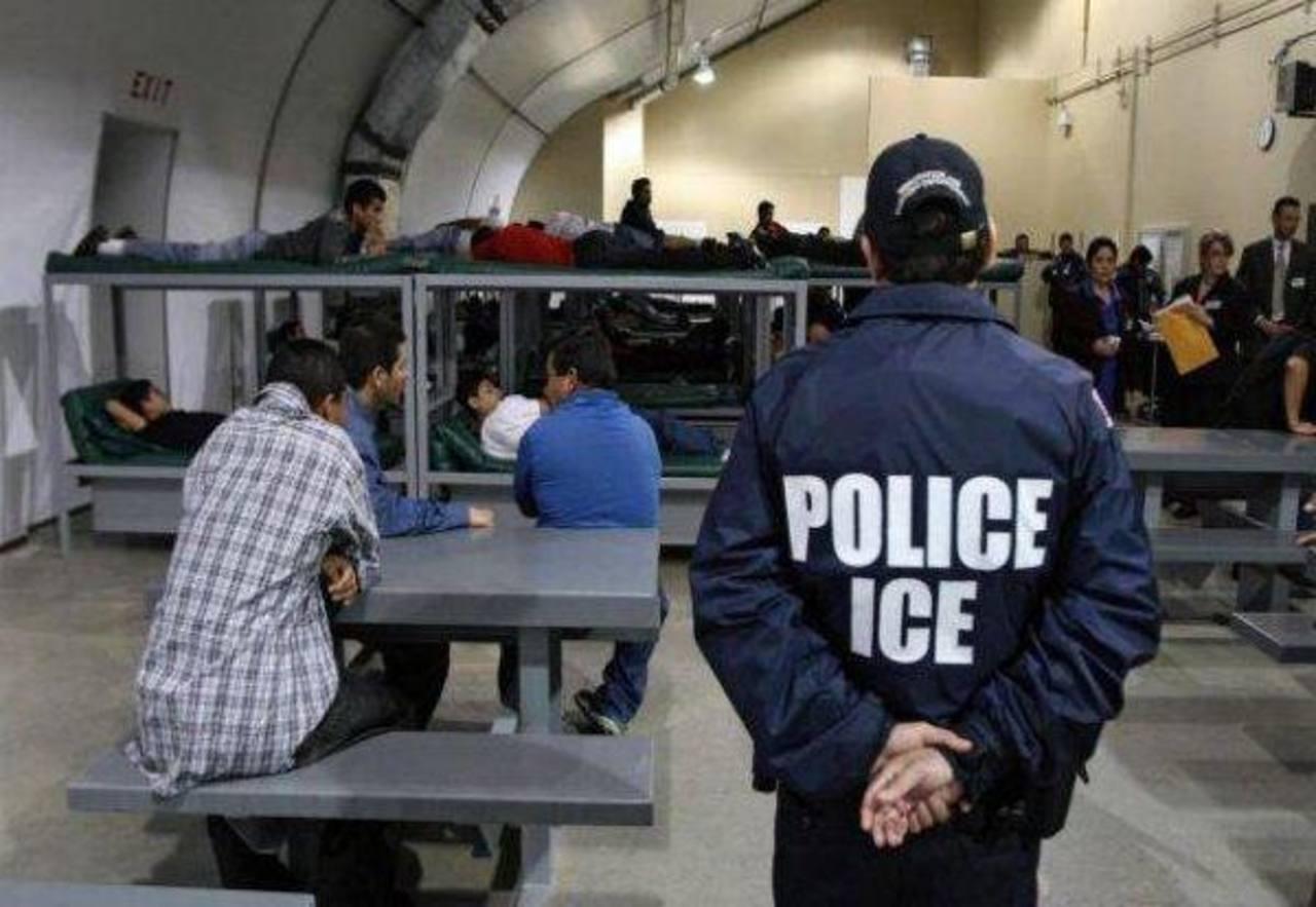 EE.UU. reducirá el tiempo de detención de familias en centros de inmigrantes