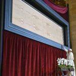 El Papa Francisco tocó ayer el Santo Sudario, expuesto dentro de una cápsula de vidrio.