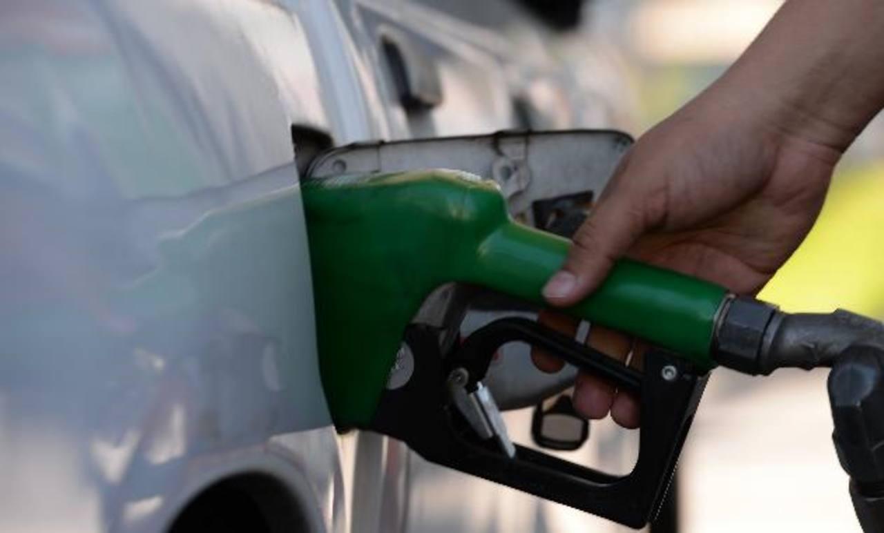 Los automovilistas resentirán, otra vez, un nuevo incremento en el precio de las gasolinas especial y regular, lo que vendrá a poner presión a la economía familiar. Foto EDH/ Archivo