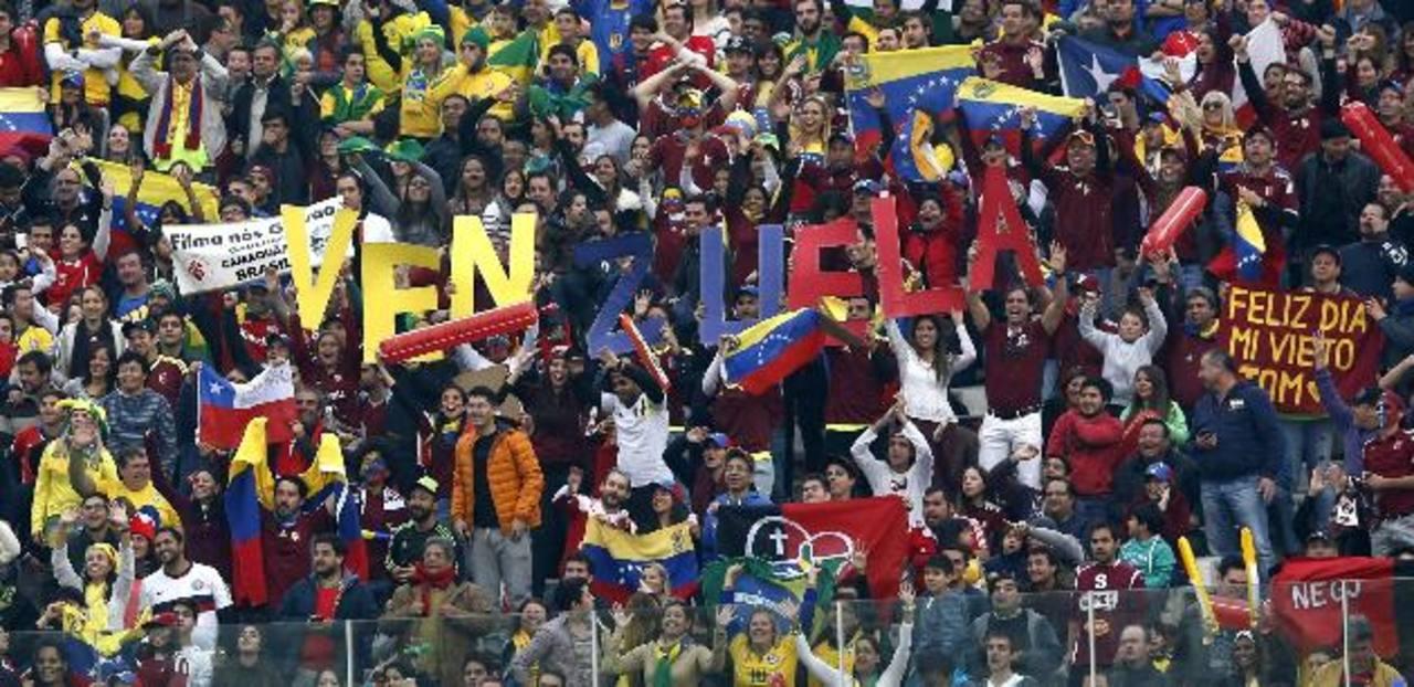 Los venezolanos montaron su particular fiesta en el Monumental de Santiago de Chile, pero salieron desanimados después de quedar afuera del torneo. Foto EDH/ EFE