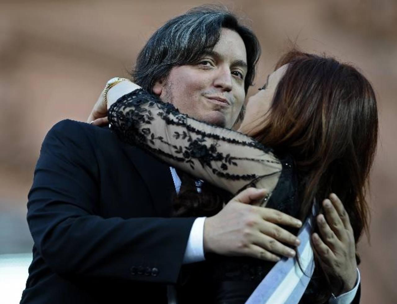 La presidenta de Argentina, Cristina de Kirchner, abraza a su hijo Máximo. edh /archivo