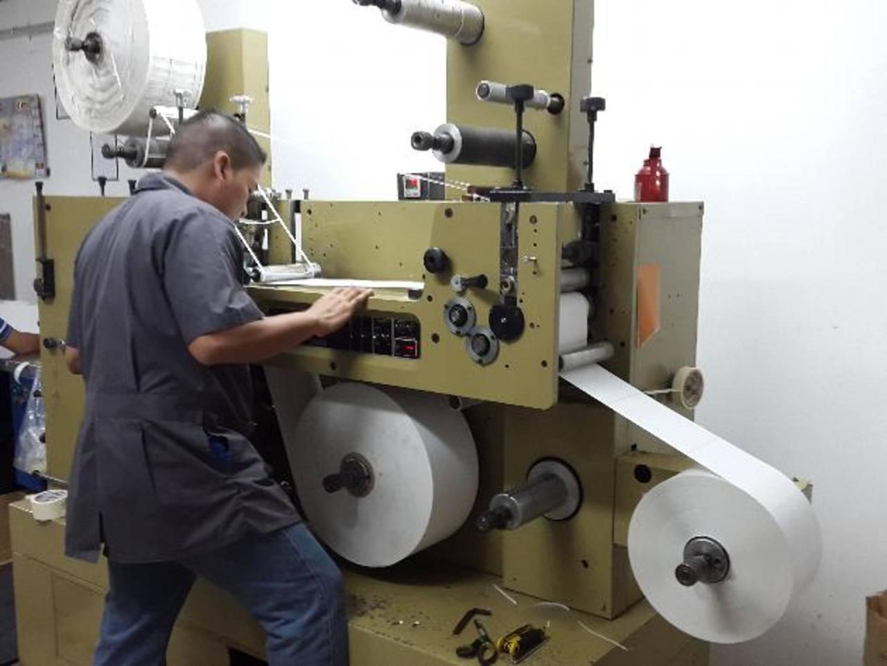 Un operario trabaja en la planta de producción de viñetas autoadhesivas de MCLogística.