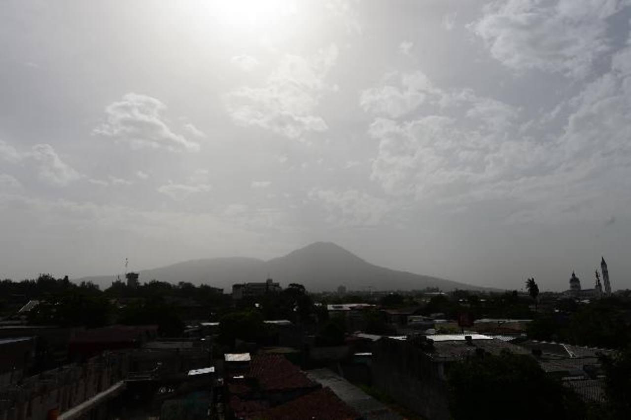 La nube de polvo que se observa en San Salvador.