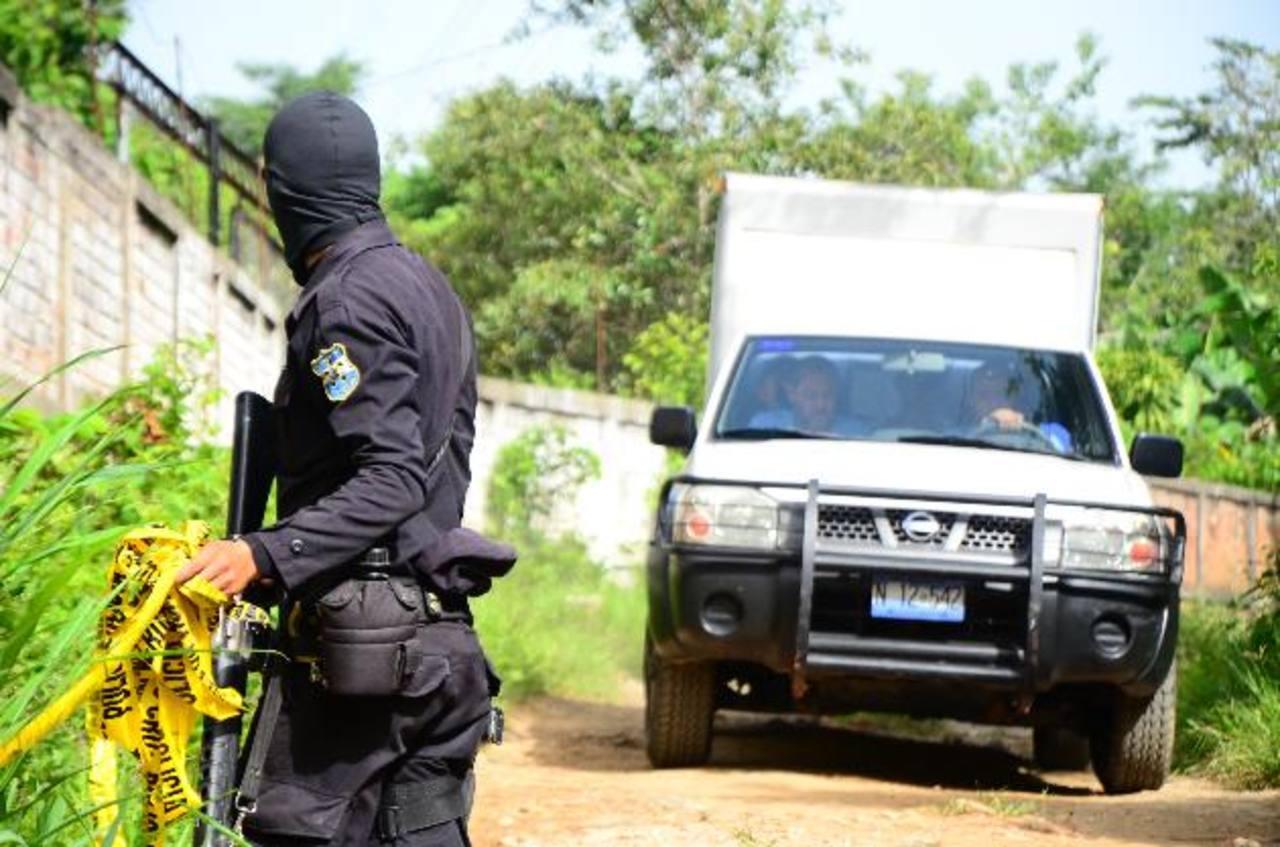 Asesinan al agente PPI , Marín Alexander Crespino Solís, primo de la diputada del FMLN, Zoila Quijada, un hecho registrado ayer en el cantón El Salitre, en Nejapa, al norte de San Salvador. Fue emboscado en una zona rural. Foto EDH / Óscar Iraheta.