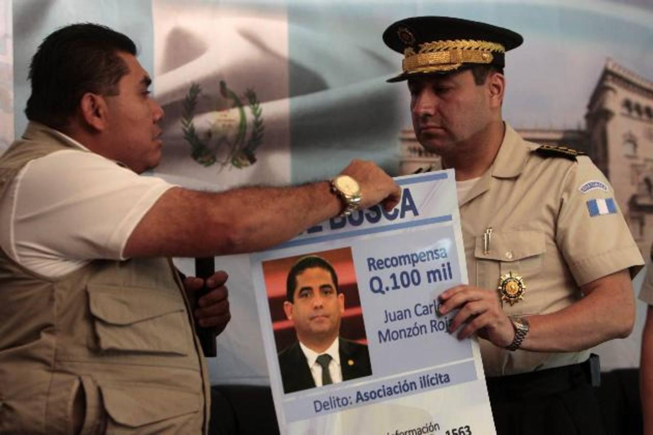 El viceministro de Gobernación, Elmer Sosa, entregó ayer al director de la Policía, Walter Vásquez, los afiches. Foto edh/EFE