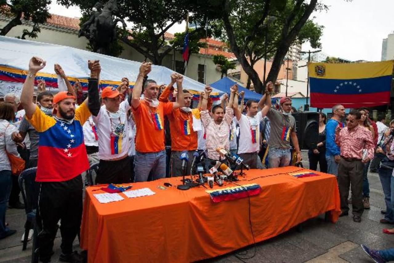 """Partidarios de """"Voluntad Popular"""", en huelga de hambre, celebran el anuncio ayer en la Plaza Bolívar de Chacao, en Caracas. eFE"""