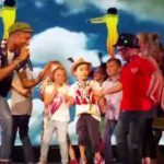 Video: Niño se roba el show en concierto de Pharrell Williams