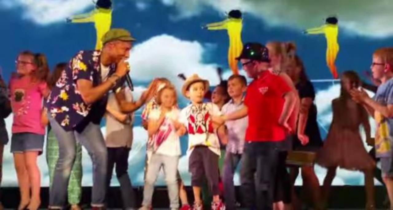 Video: Niño se roba el show en concierto de Pharrell Williams