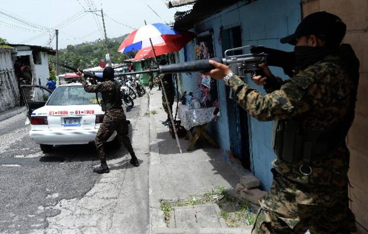 Decenas de efectivos se desplegaron en los pasajes de La Chacra. Fotos EDH / jaime anaya.