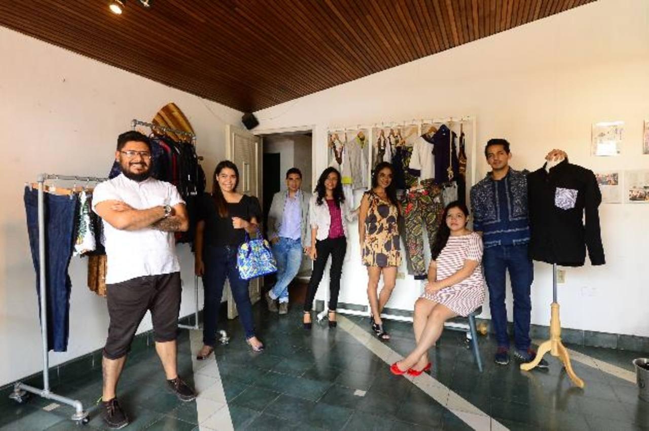 En la imagen los integrantes del colectivo de siete diseñadores dentro del espacio The Carrot Concept, donde sus productos están a la venta.