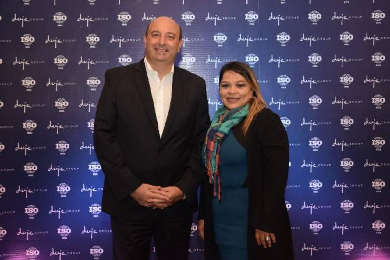 Daniel Duje, director de Duje Group, y Alexandra Rodríguez, consultora del Instituto de Normas Técnicas de Costa Rica (Inteco) previo al conversatorio sobre la norma ISO 9001-2015.