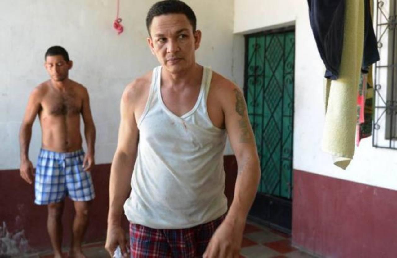 Los presuntos mareros Jorge Alberto Rivas Velasco (camiseta blanca) y Rolando Cruz junto a cinco individuos más fueron capturados en un hotel en playa El Tunco.