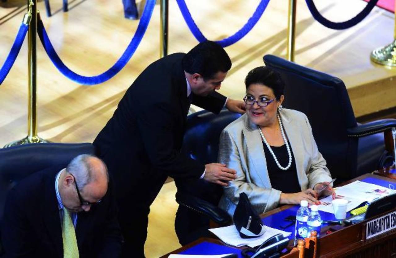 Los diputados de ARENA (de izquierda a derecha), Rodrigo Ávila; René Portillo Cuadra y Margarita Escobar, ayer en el Salón Azul . Fotos EDH / omar carbonero