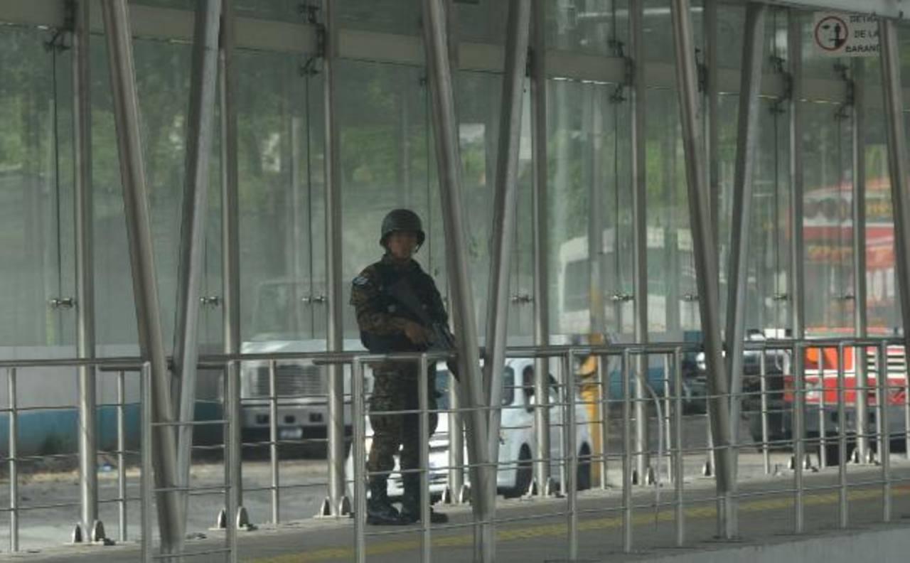 Un soldado permanecía, ayer, en la estación del Sitramss, ubicada cerca de la Comunidad 22 de Abril. Foto EDH / Douglas Urquilla