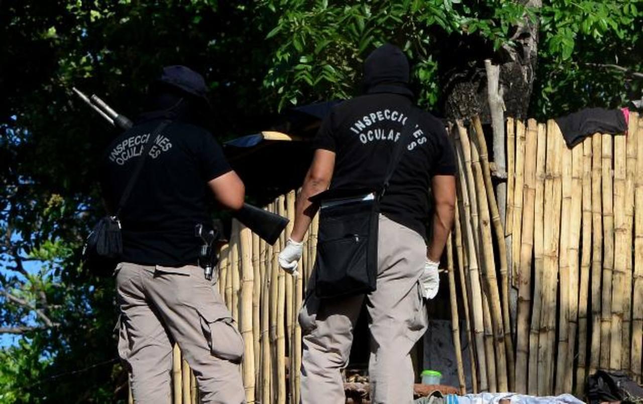 Érick Rivas murió ayer tras dispararle a unos policías en el cantón Guadalupe, de Zaragoza. Foto EDH / Marlon Hernández