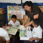 Docente refuerza su clase de Lenguaje con libros Guanaquín.