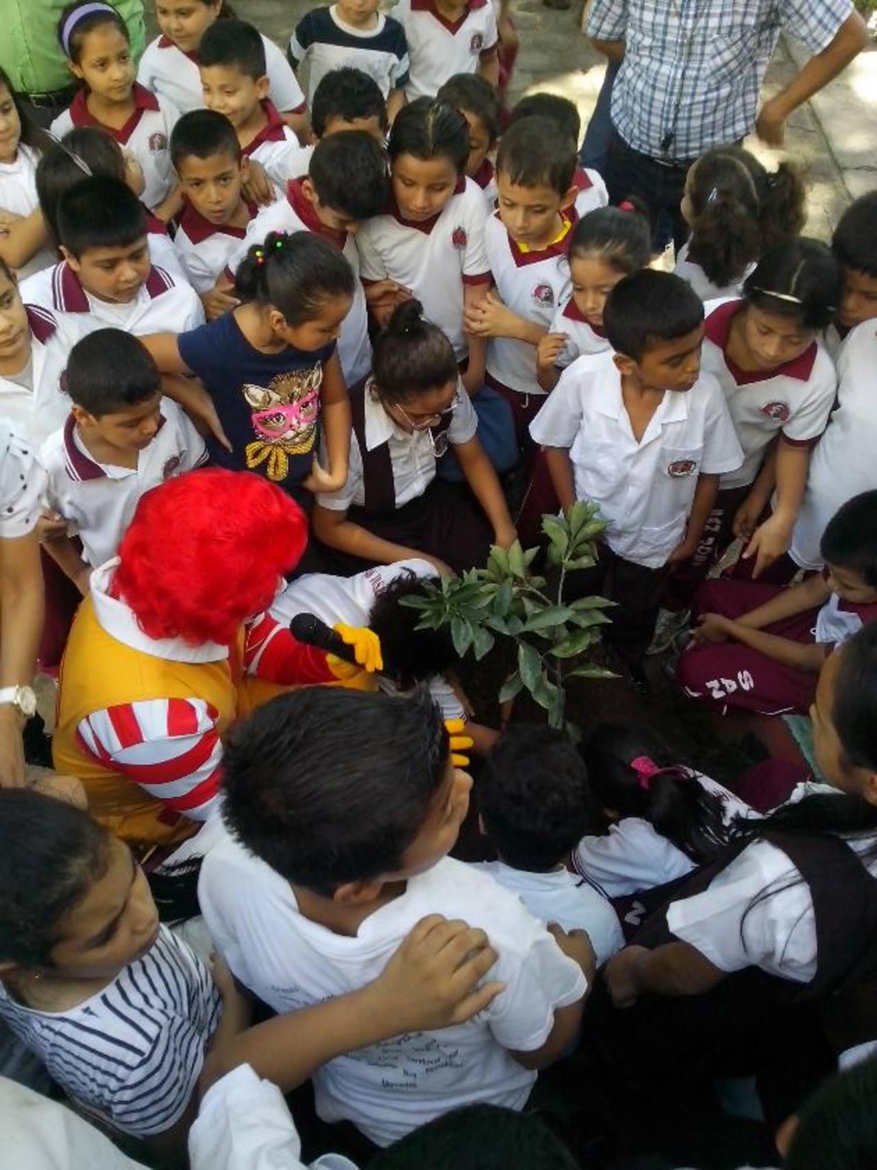 El mismo Ronald McDonald fue el encargado de enseñar a los niños la importancia de reforestar. foto edh / cortesía