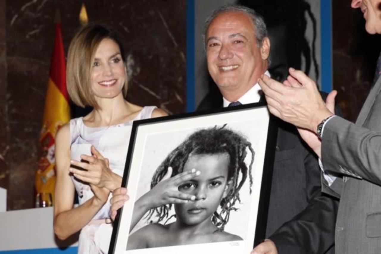 La reina Letizia, con el director mundial de Scholas Occurrentes, José María del Corral, que recogió el Premio Moviliza.