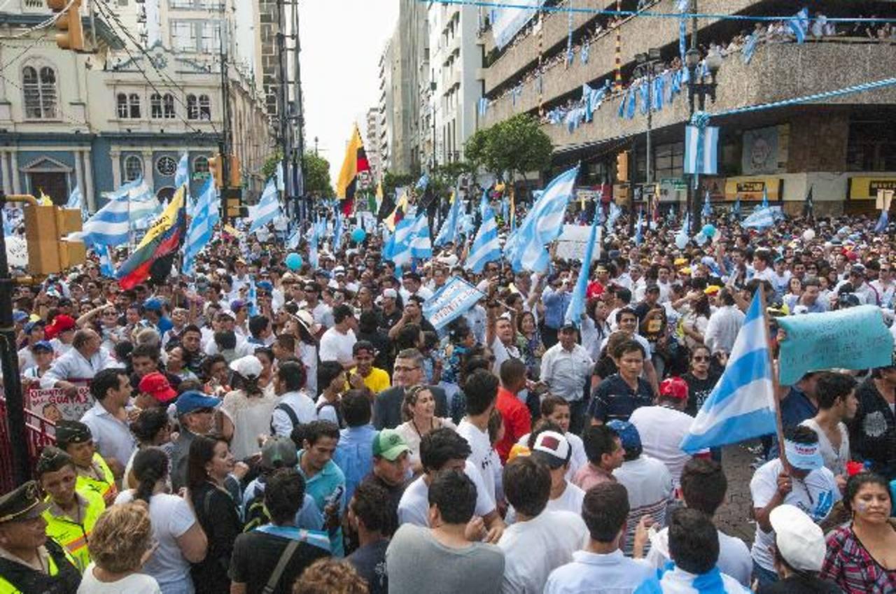 Miles protestaron ayer en contra del presidente de Ecuador, Rafael Correa, en una marcha encabezada por el alcalde de Guayaquil, el opositor Jaime Nebot. foto EDH /EFE