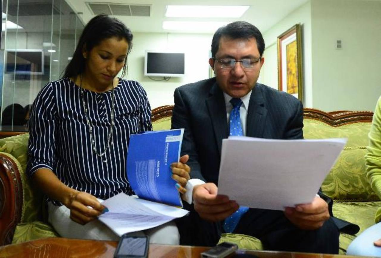 En la imagen se observa a la diputada Cristina López del PCN y al jefe de fracción del partido, Mario Ponce. foto edh / OMAR CARBONERO