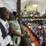 Shakur Francis y Karen Watson-Fleming cantan en la iglesia Episcopal Metodista Africana Emanuel, en Charleston, Carolina del Sur, este domingo 21 de junio de 2015.