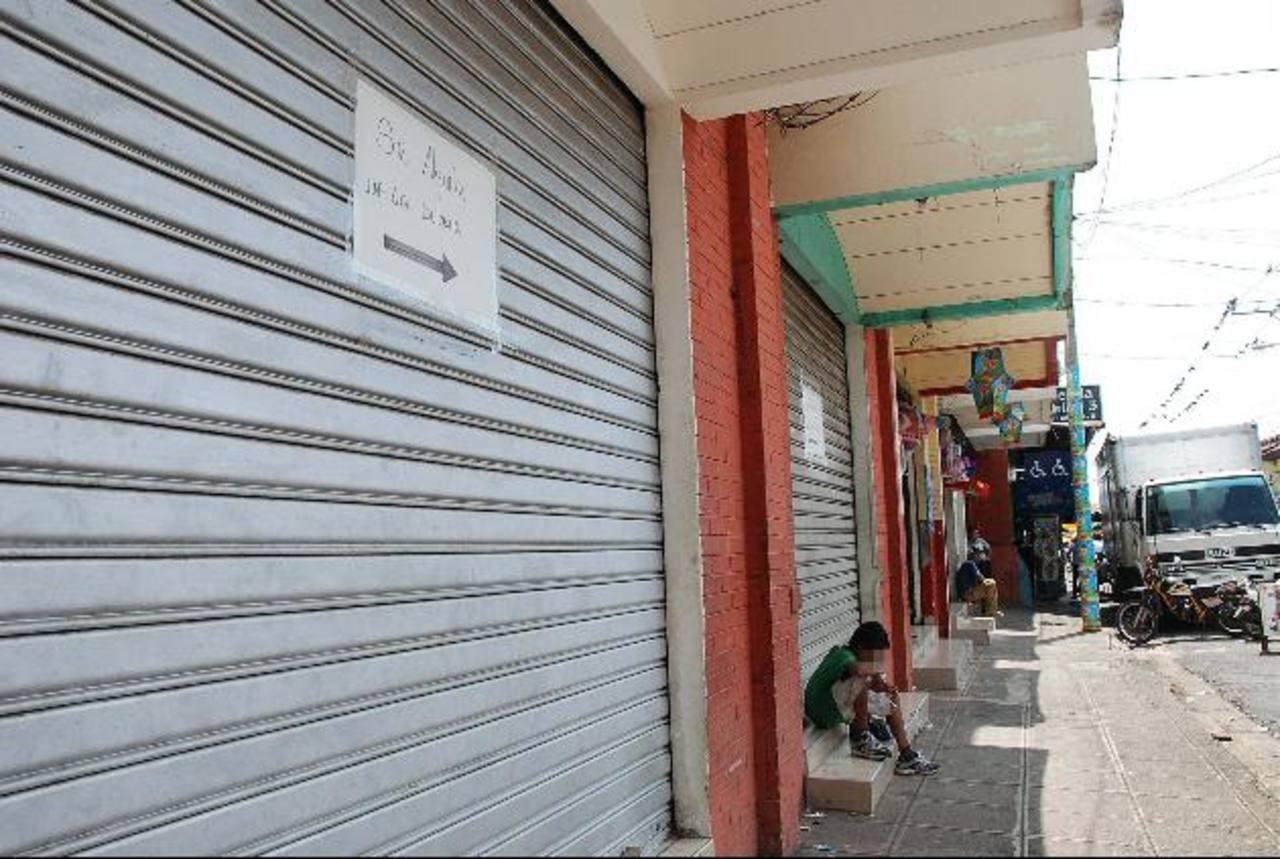 El cierre de negocios es en ocasiones la única salida que tienen los empresarios que son víctimas de los delincuentes, que los extorsionan con elevadas sumas de dinero. Foto EDH