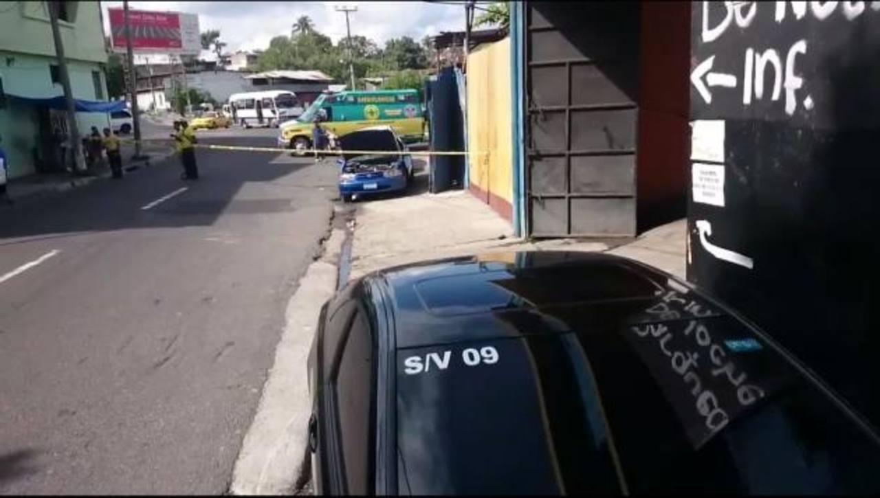 Policías y socorristas en el lugar en donde se perpetró el ataque.