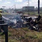 Mueren cinco al caer avioneta en autopista de México