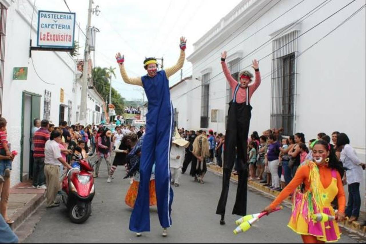 El desfile del correo, durante la inauguración de las fiestas, es uno de los mayores atractivos en el municipio, donde participan niños, jóvenes y adultos. Foto edh / Archivo