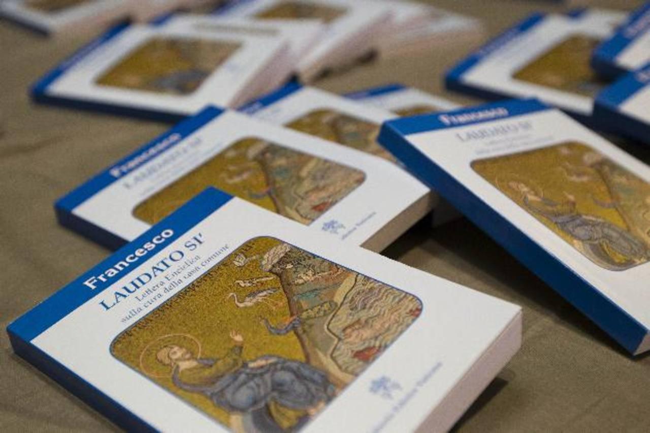Copias de la encíclica del papa Francisco durante su presentación oficial.