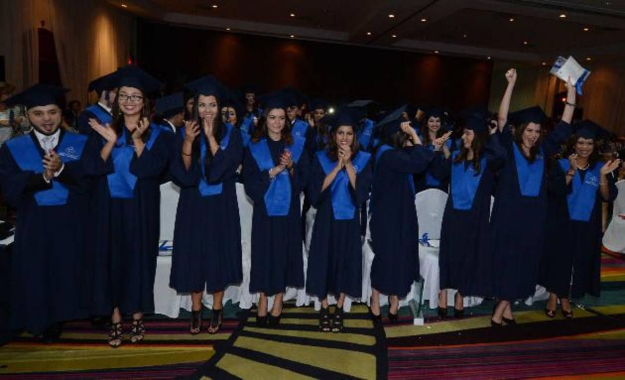 Los nuevos profesionales celebran su triunfo luego de recibir sus títulos y las distinciones especiales. Foto EDH/ Douglas Urquilla