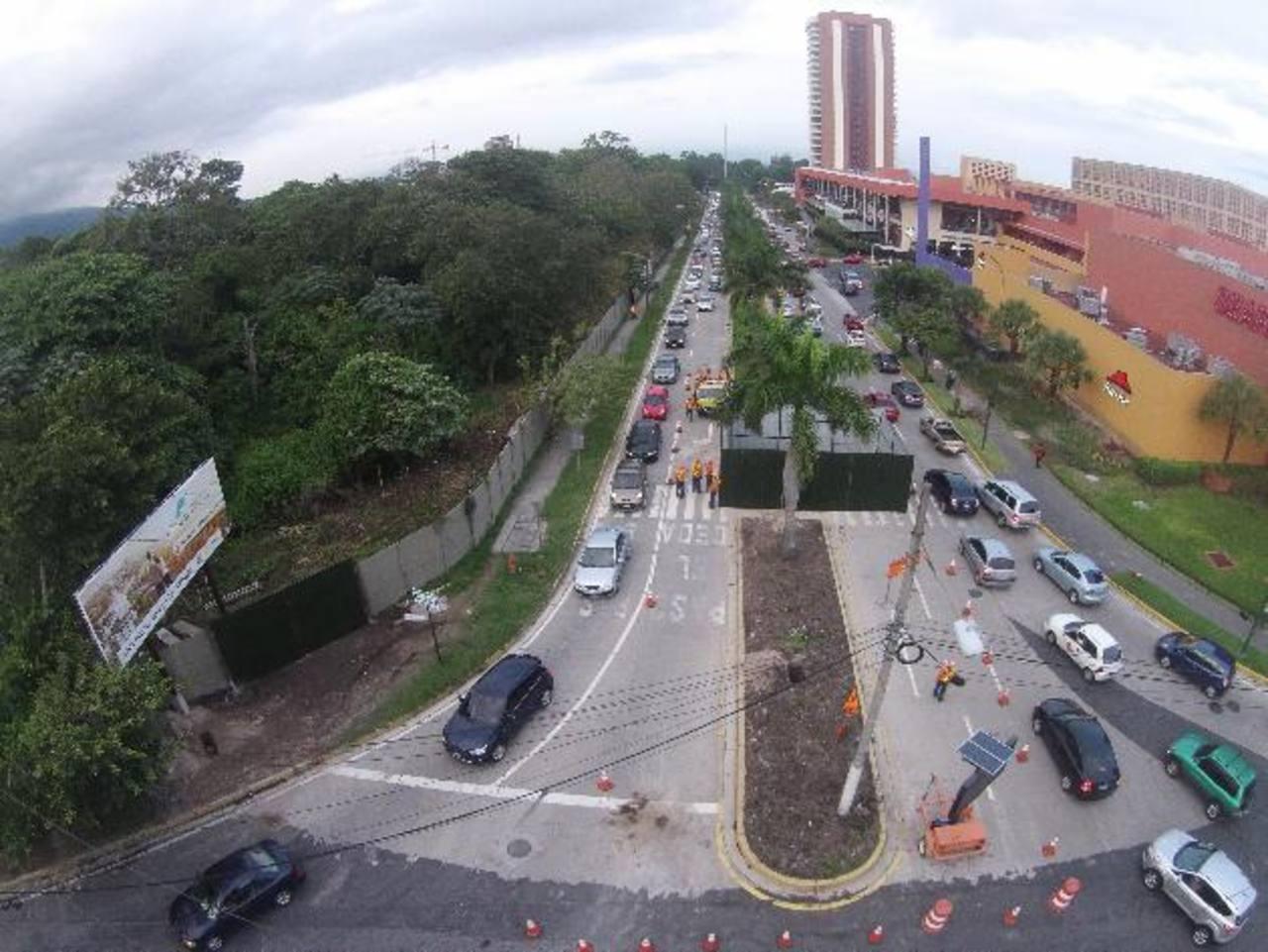 """Desde el jueves, la empresa constructora inició con trabajos """"preparativos"""" en las calles aledañas a la zona del redondel de las Naciones Unidas. Foto EDH / marvin rodríguez"""
