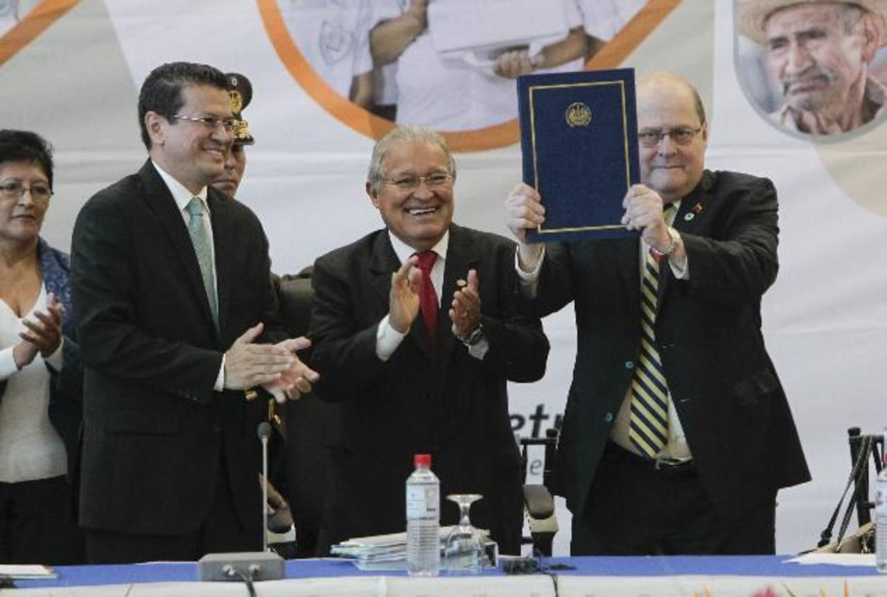 Canciller Hugo Martínez, Presidente Salvador Sánchez Cerén y Bernardo Álvarez, presidente de Petrocaribe, celebran el ingreso de El Salvador a esa instancia comercial en junio de 2014 . foto edh / archivo