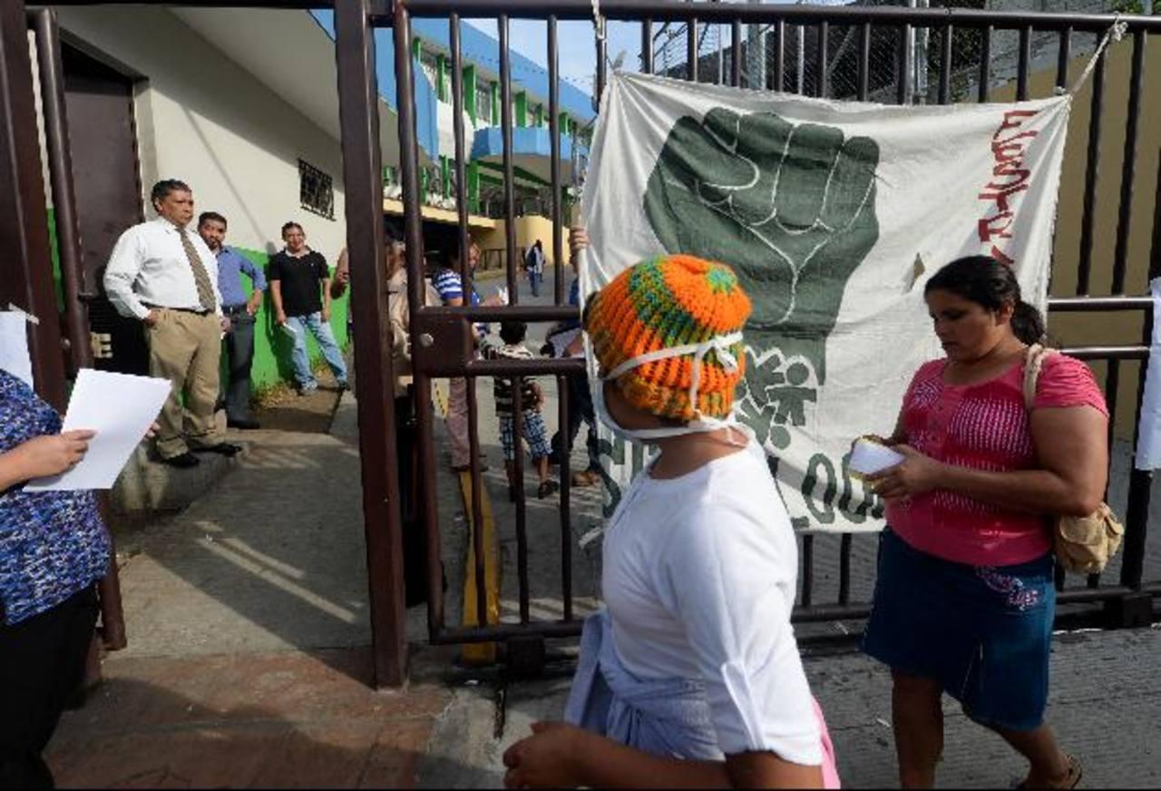 En la entrada del nuevo edificio de la consulta externa, el sindicato colgó pancartas. Foto EDH /Marlon Hernández