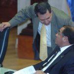 Mario Ponce, jefe de fracción del PCN, (de pie) conversa con su colega Francisco Merino, miembro de la Junta Directiva.