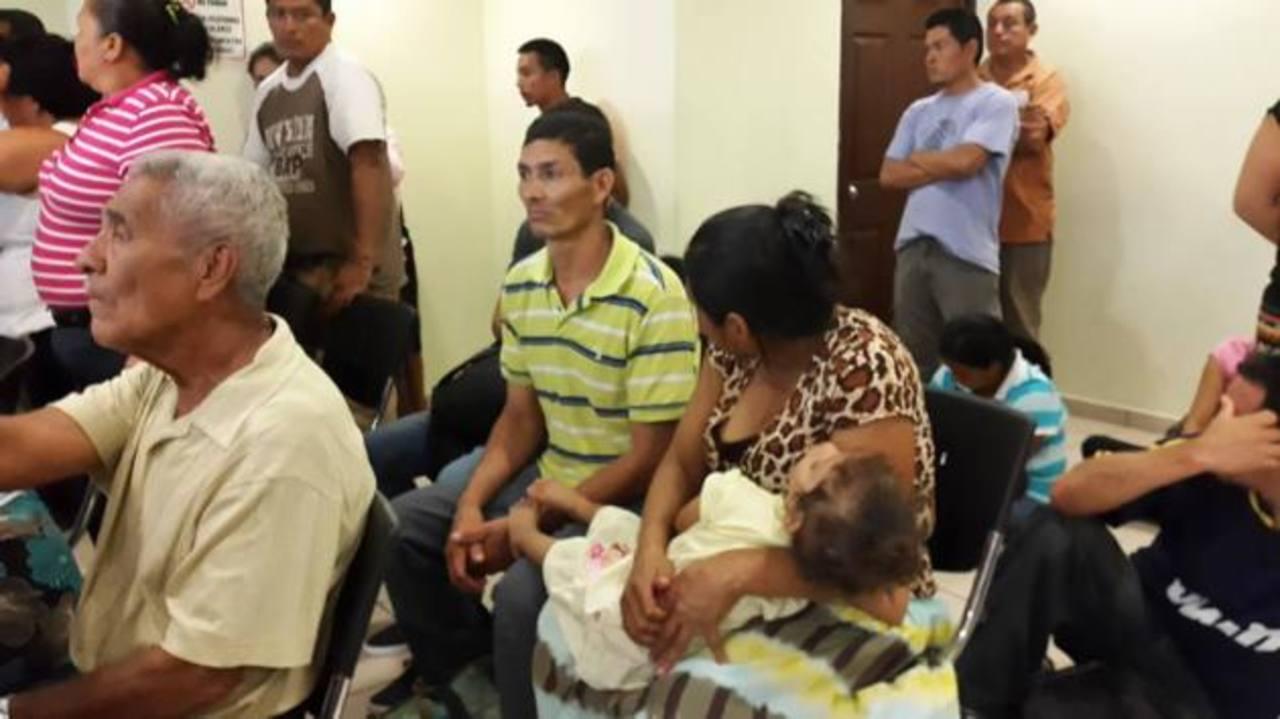 La mayoría de ocupantes ilegales en el terreno en disputa son mujeres y niños que no tienen dónde vivir. Foto EDH / Jaime García