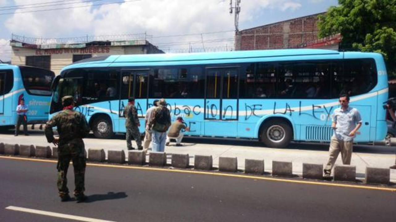 Veteranos de guerra manchan los buses del Sitramss
