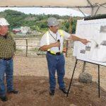 Un técnico explica parte de los planos del proyecto El Chaparral.Jefe Unidad Anticorrupción de la Fiscalía, Andrés Amaya.