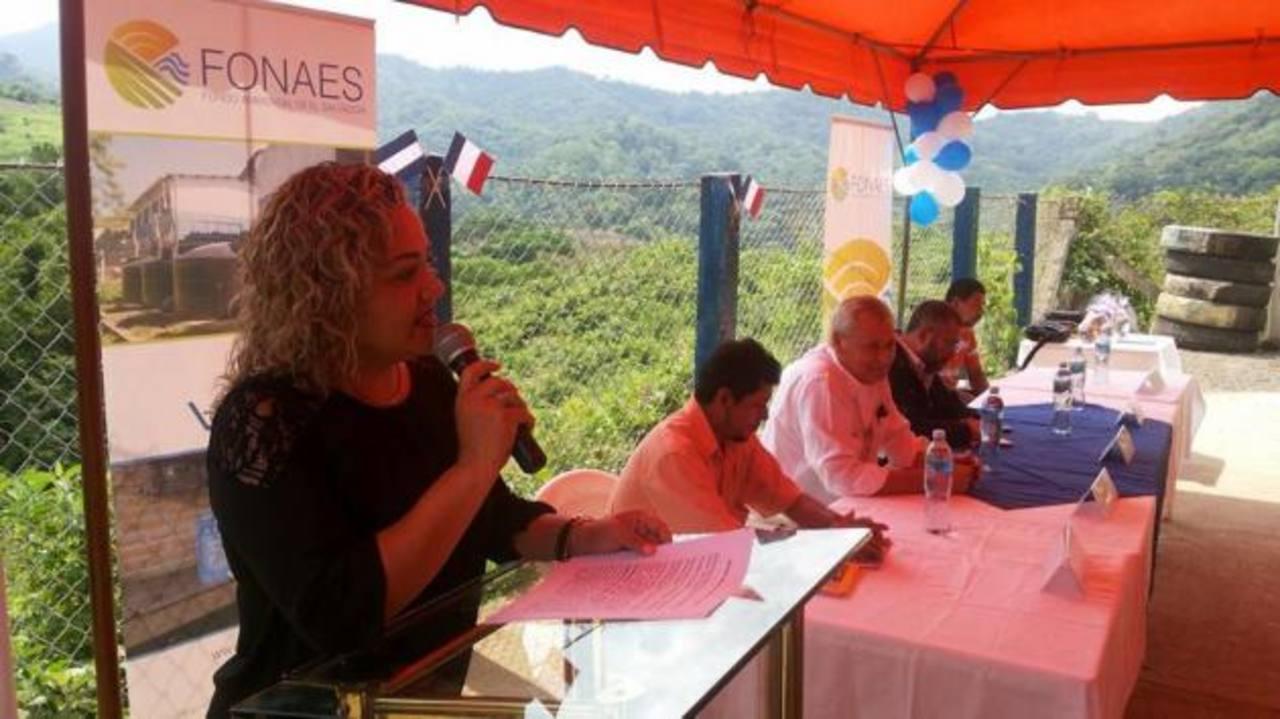 Ana González, alcaldesa de Tepecoyo, se dirige a los invitados durante la entrega del proyecto.
