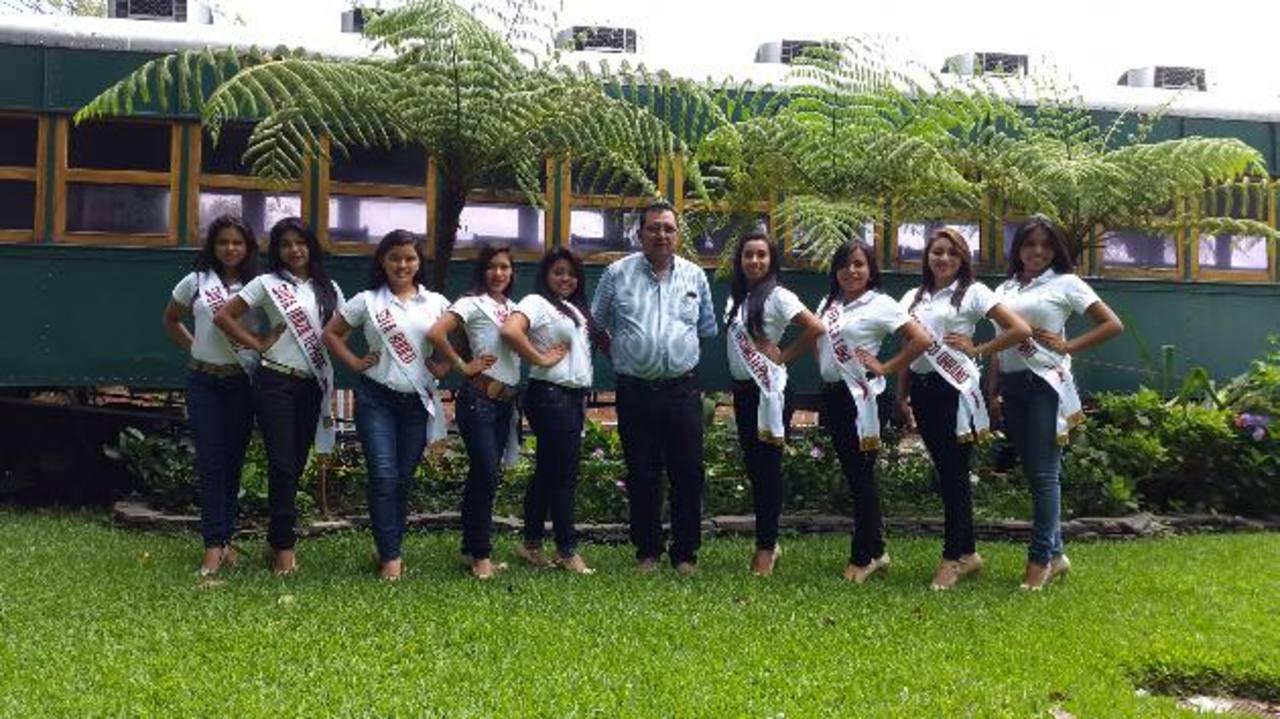 El alcalde Lázaro Flores compartió con las aspirantes a reina de la celebración patronal del municipio. Foto EDH / NIDIA HERNÁNDEZ