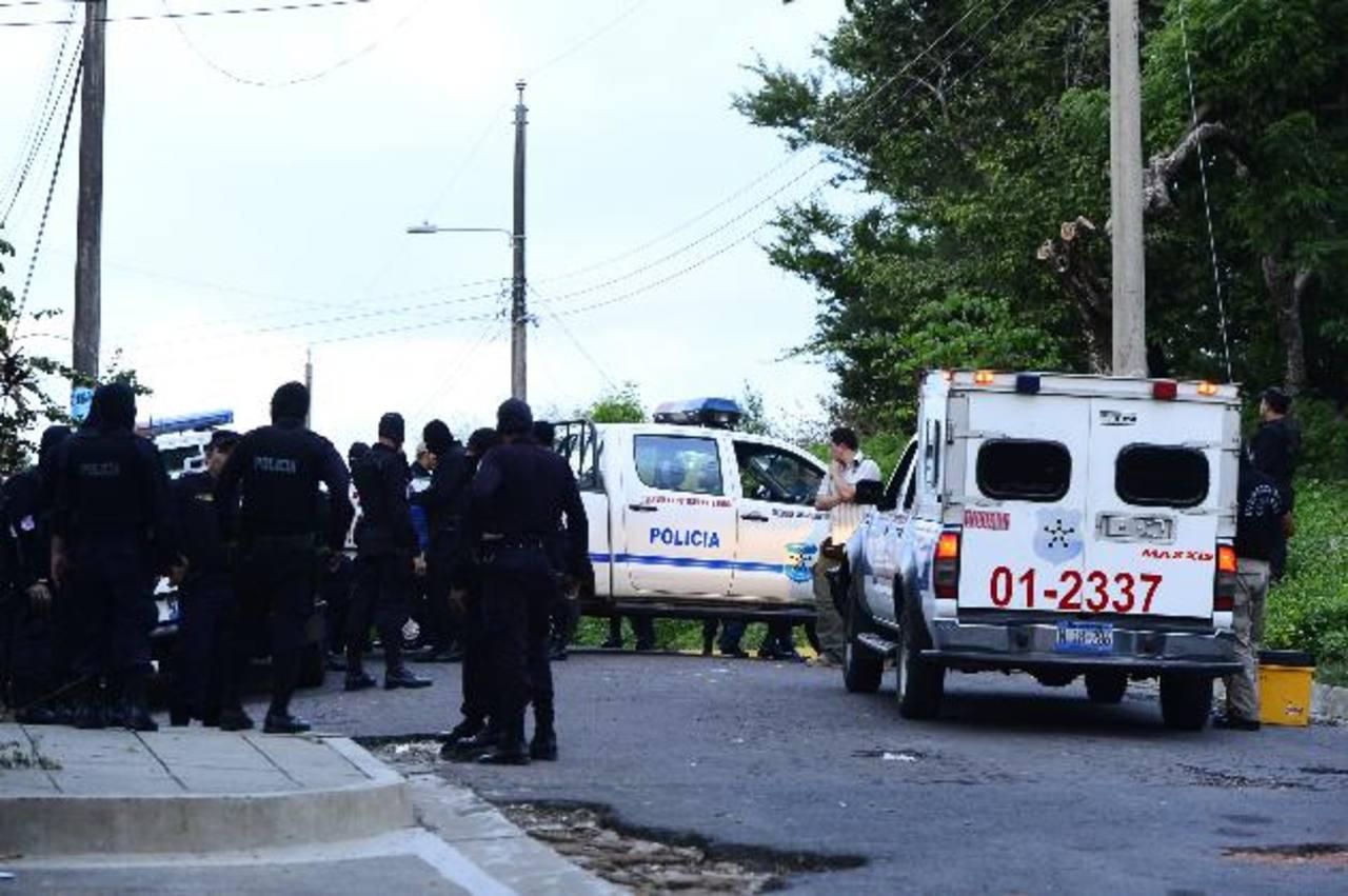 En la colonia Tikal de Apopa, un grupo de pandilleros asesinaron a un agente de la PNC que regresaba junto a su esposa de almorzar. 27 policías han sido asesinados este año. Foto EDH / R. E