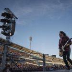 Vocalista de los Foo Fighters se fractura la pierna en concierto y sigue cantando