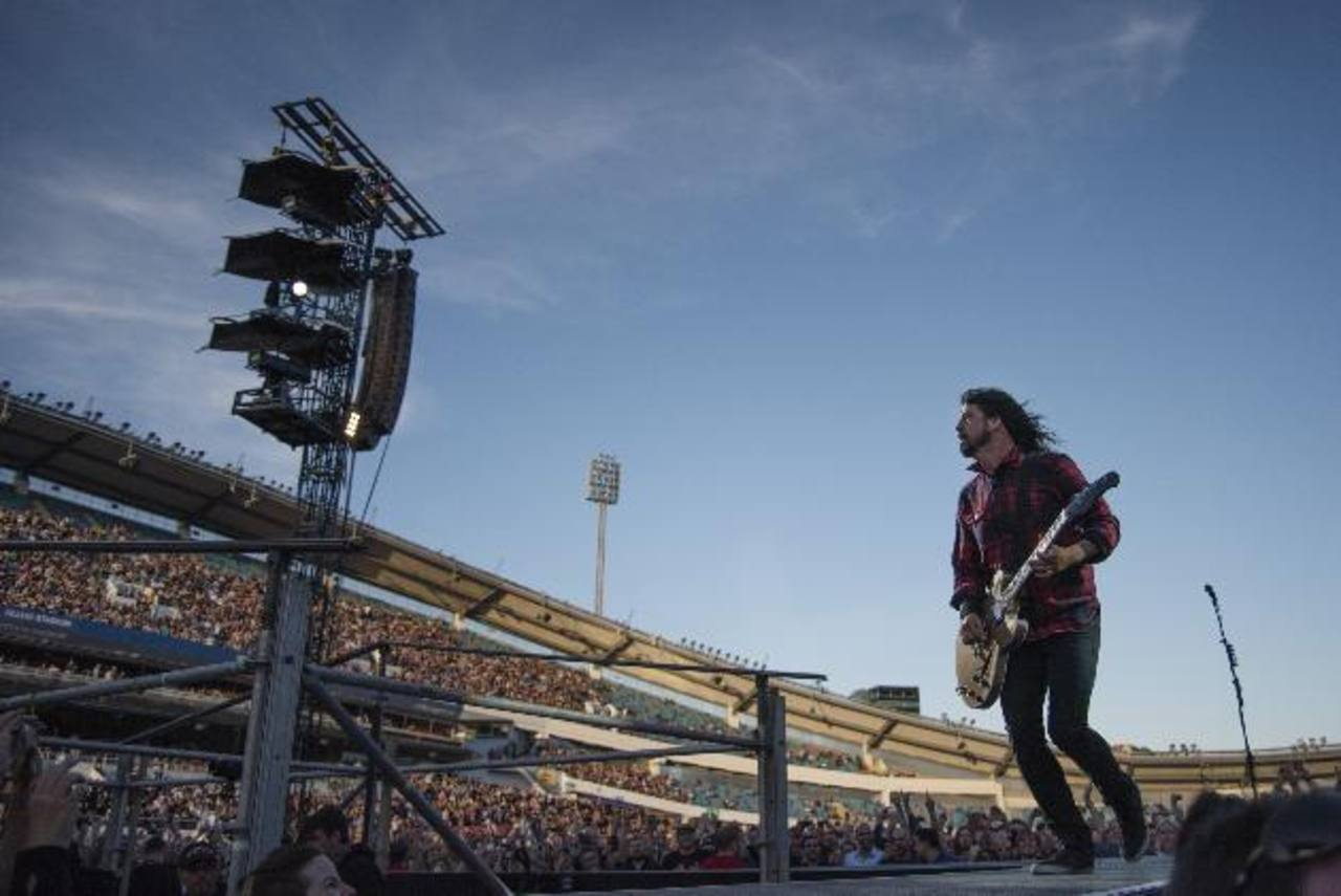 Vocalista de los Foo Fighters se fractura la pierna en concierto y sigue cantando