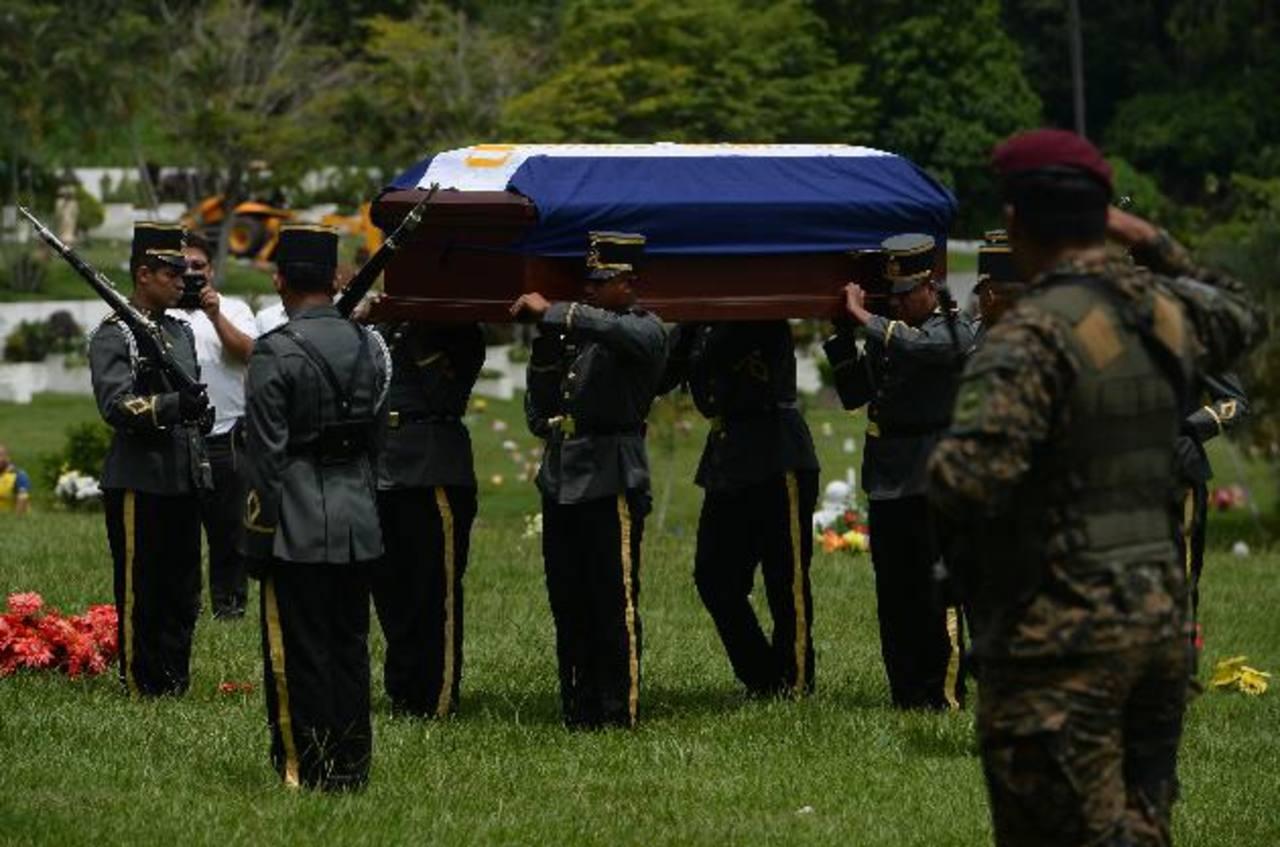 Imagen del funeral del subteniente Aland José Ayala Alvarado, quien murió el viernes anterior. fotos edh / marlon hernández