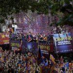 El autocar del Barcelona paseó al equipo y las tres Copas por la ciudad.