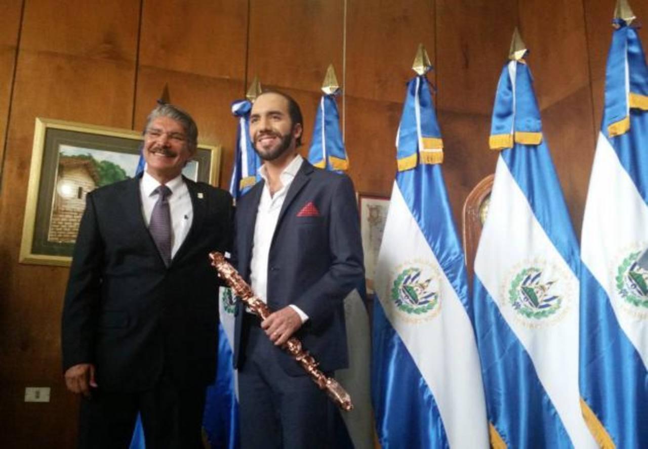Bukele recibe el mando de la alcaldía de San Salvador, el cual hasta hoy estuvo a cargo de Norma Quijano