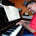 El pianista y director del Coro Polígono Don Bosco desde los 15 años salió de El Salvador para explorar el mundo. Guatemala fue al primer país en el que estudió música, luego viajó a Holanda y Austria, para luego regresar a su tierra natal, donde com