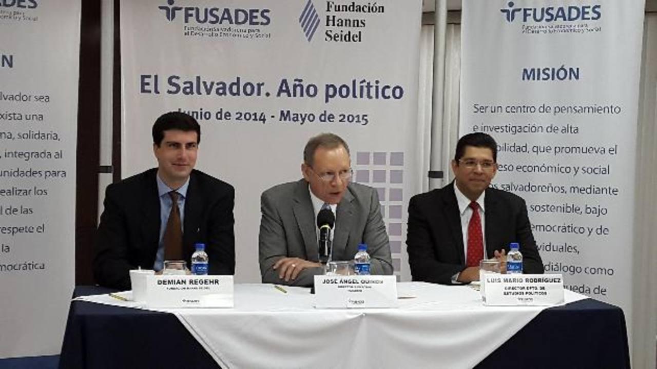 El director ejecutivo de Fusades, José Ángel Quirós, (centro) destacó los detalles del informe presentado ayer. foto edh / rafael mendoza López